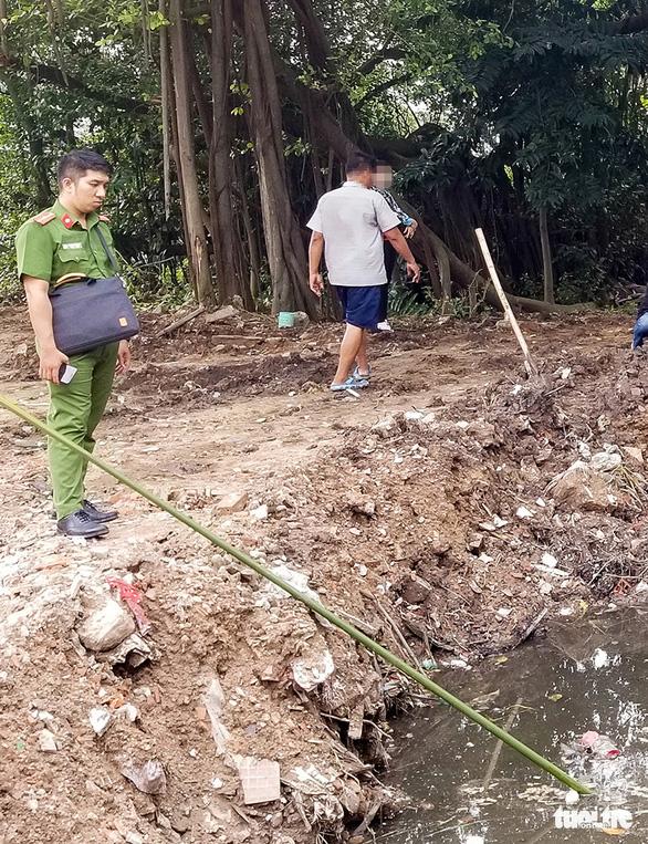 Vụ đổ trộm chất thải ở quận 12: Lấy mẫu điều tra - Ảnh 2.