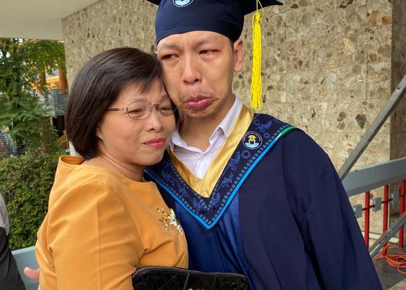 Nam sinh nước mắt nhạt nhòa ôm cô giáo cũ ngày tốt nghiệp - Ảnh 2.