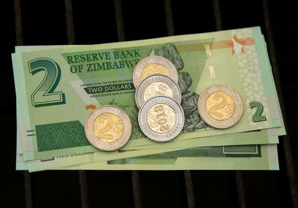 Zimbabwe cho xài lại nội tệ nhưng chả giải quyết được gì - Ảnh 3.