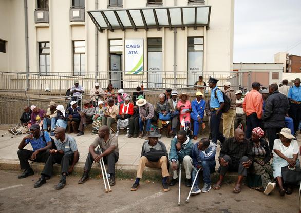 Zimbabwe cho xài lại nội tệ nhưng chả giải quyết được gì - Ảnh 2.