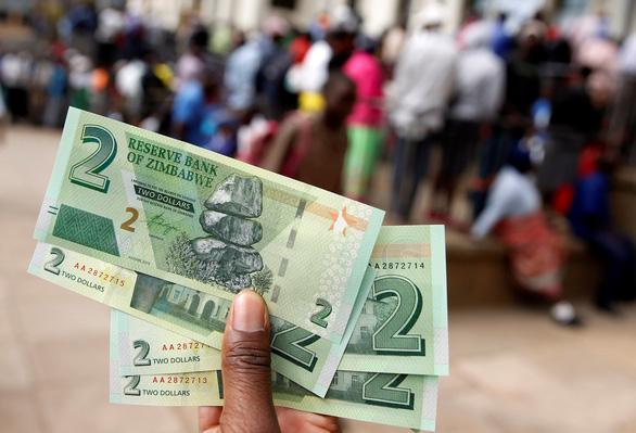Zimbabwe cho xài lại nội tệ nhưng chả giải quyết được gì - Ảnh 1.