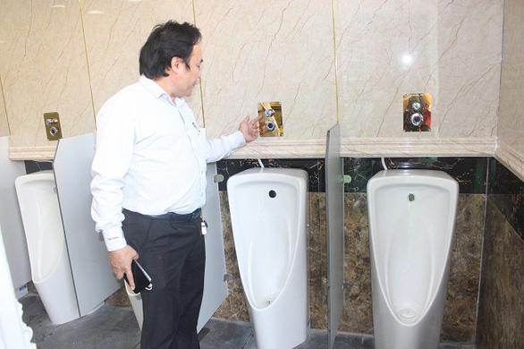 Nhà vệ sinh miễn phí trị giá 1,6 tỉ đồng bị đập bỏ sau 1 năm hoạt động - Ảnh 1.