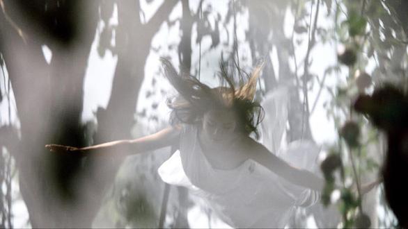 Trong thế giới nữ cascadeur - Kỳ 4: Người đẹp thế thân tông xe, nhảy lầu - Ảnh 1.