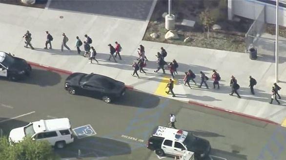 Xả súng khiến ít nhất 6 người bị thương tại trường học California - Ảnh 3.