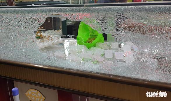 Chủ tiệm vàng bị cướp ở Hóc Môn: 'Kẻ cướp bắn tôi hai phát, may mà không trúng' - Ảnh 2.