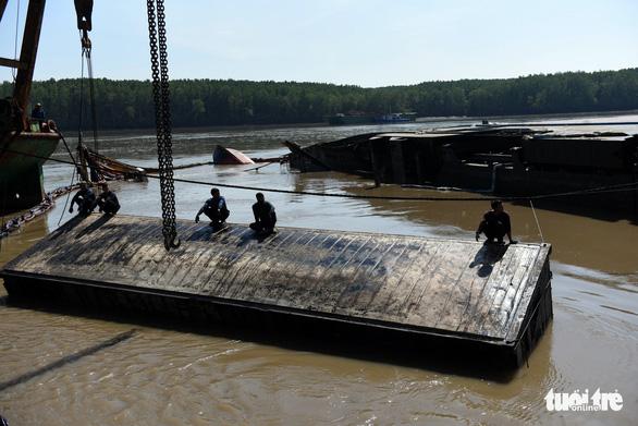 Trục vớt tàu chìm tại Cần Giờ phát hiện nhiều container rách bươm - Ảnh 2.