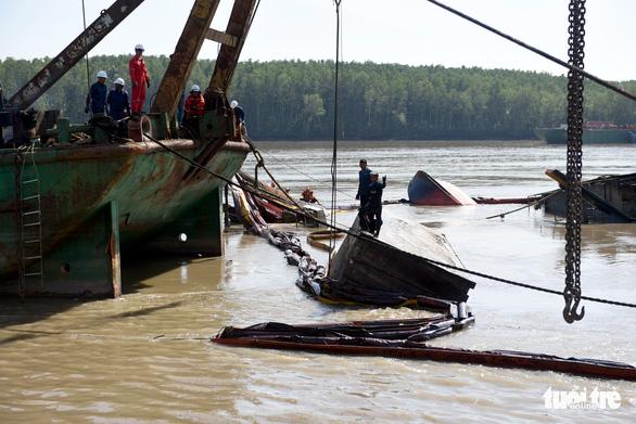 Trục vớt tàu chìm tại Cần Giờ phát hiện nhiều container rách bươm - Ảnh 5.