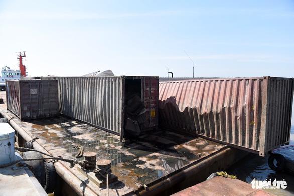 Trục vớt tàu chìm tại Cần Giờ phát hiện nhiều container rách bươm - Ảnh 6.