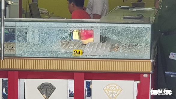 Nổ súng cướp tiệm vàng táo tợn ở Hóc Môn - Ảnh 5.