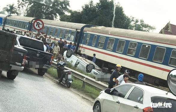 Ôtô băng qua đường bị tàu hỏa tông lật ngửa, nữ tài xế chết tại chỗ - Ảnh 1.