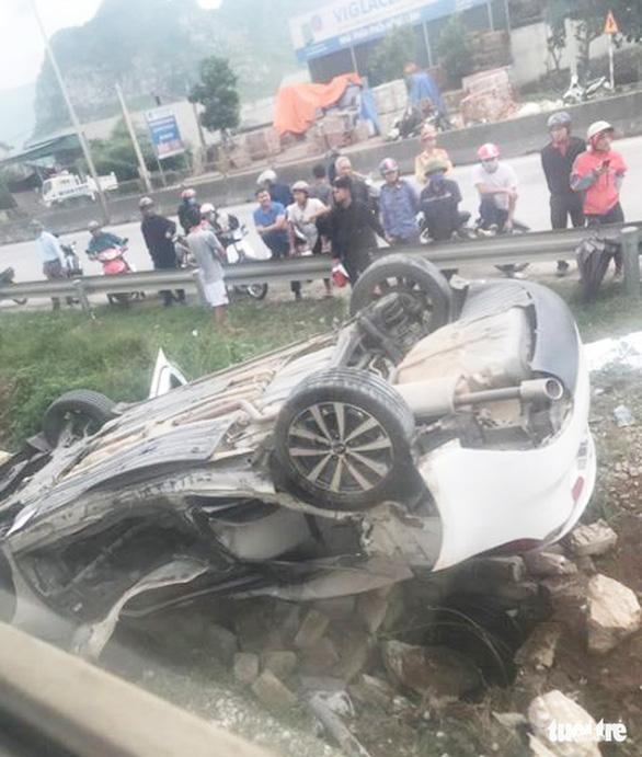 Ôtô băng qua đường bị tàu hỏa tông lật ngửa, nữ tài xế chết tại chỗ - Ảnh 2.