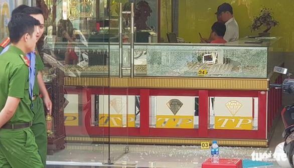 Chủ tiệm vàng bị cướp ở Hóc Môn: 'Kẻ cướp bắn tôi hai phát, may mà không trúng' - Ảnh 3.