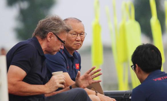 HLV Park Hang Seo gặp phù thủy trắng Troussier bàn về U22 Việt Nam - Ảnh 2.