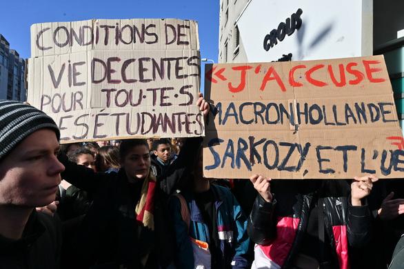 Sinh viên tự thiêu vì nghèo, ngành giáo dục Pháp khủng hoảng - Ảnh 1.