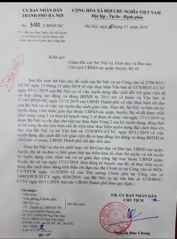 Cùng một ngày, giáo viên hợp đồng Hà Nội hoang mang vì nhận 2 văn bản trái ngược từ thành phố - Ảnh 2.