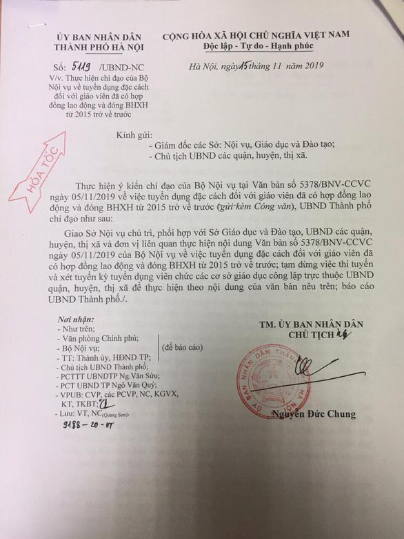 Cùng một ngày, giáo viên hợp đồng Hà Nội hoang mang vì nhận 2 văn bản trái ngược từ thành phố - Ảnh 1.