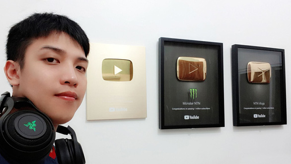 Rợn người với video thả 100 con dao từ trên cao của YouTuber Việt - Ảnh 2.