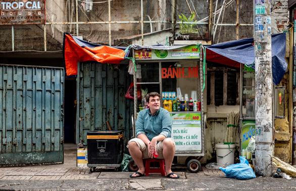 Báo lớn của Mỹ bất ngờ vì nghề diễn hài độc thoại cũng có ở Sài Gòn - Ảnh 2.