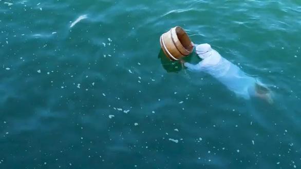 Kỳ lạ những Ama mặc đồ trắng lặn biển ở Nhật - Ảnh 1.