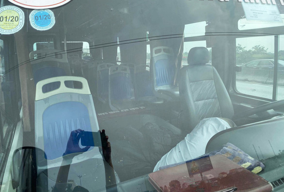 Tài xế xe buýt gục chết trên ghế lái - Ảnh 2.