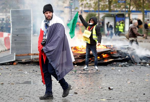 Bạo lực và đập phá trong ngày thôi nôi của phong trào 'áo vàng' - Ảnh 4.