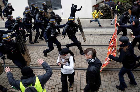 Bạo lực và đập phá trong ngày thôi nôi của phong trào 'áo vàng' - Ảnh 2.