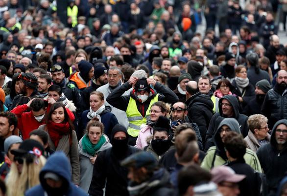 Bạo lực và đập phá trong ngày thôi nôi của phong trào 'áo vàng' - Ảnh 1.