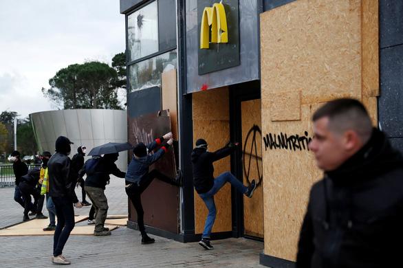Bạo lực và đập phá trong ngày thôi nôi của phong trào 'áo vàng' - Ảnh 3.