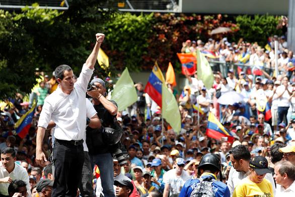 Được truyền nhiệt từ Bolivia, phe đối lập ở Venezuela lại xuống đường - Ảnh 1.