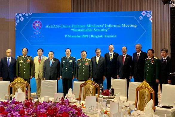 ASEAN tăng cường hợp tác quốc phòng với Trung Quốc, Nhật Bản và Mỹ - Ảnh 1.
