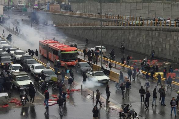Giá xăng tăng ngày trước, ngày sau dân xuống đường biểu tình ở Iran - Ảnh 2.