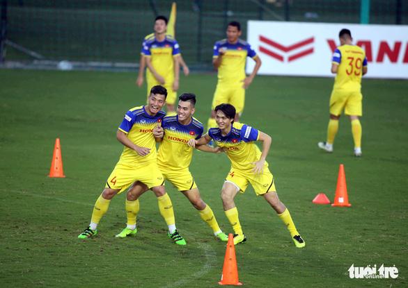 Tuyển Việt Nam vui đùa trong bài tập tranh chấp chờ đấu với Thái Lan - Ảnh 1.