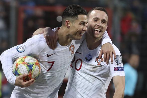 Ronaldo ghi bàn thứ 99 giúp Bồ Đào Nha đoạt vé dự Euro 2020 - Ảnh 1.