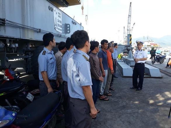 Tàu kiểm ngư lai dắt tàu cá bị nạn trên vùng biển Trường Sa về bờ an toàn - Ảnh 3.