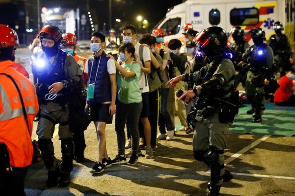 Cảnh sát Hong Kong siết vòng vây, phụ huynh người biểu tình đang... biểu tình ngồi - Ảnh 2.