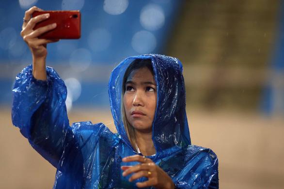 Tuyển Thái Lan tập làm quen sân Mỹ Đình trong mưa - Ảnh 6.