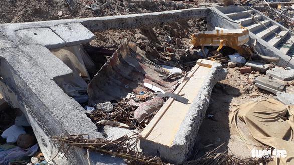 Kè sông 12 tỉ vừa xây xong sập gần hết, lộ ra nhiều chỗ không cốt thép - Ảnh 5.