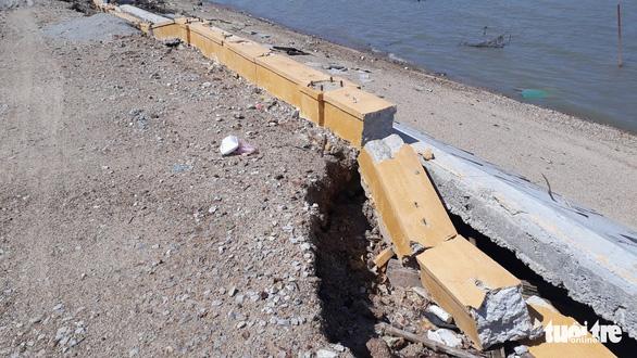 Kè sông 12 tỉ vừa xây xong sập gần hết, lộ ra nhiều chỗ không cốt thép - Ảnh 7.