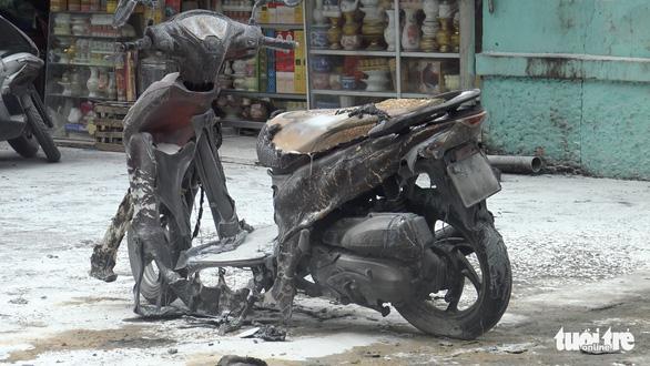 Tự tưới xăng đốt xe máy giữa bãi gửi, cháy tan tành 4 xe khác - Ảnh 2.
