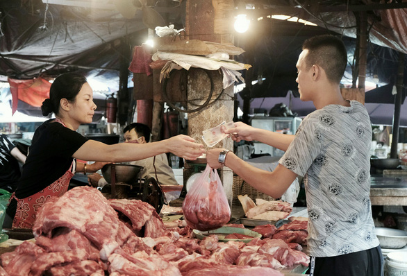 Giá thịt heo làm đau đầu bà nội trợ - Ảnh 1.