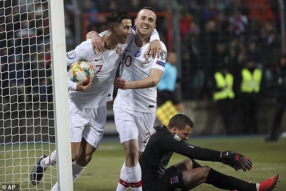 Cướp công đồng đội để ghi bàn, Ronaldo bị người hâm mộ ném đá - Ảnh 1.