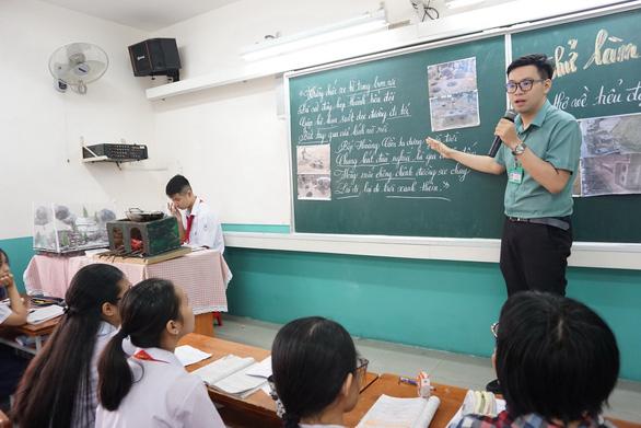 Thầy giáo dạy văn lên đồng vừa dạy, vừa diễn hài, hát, vẽ - Ảnh 1.