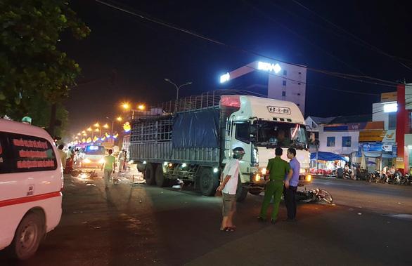 Dừng đèn đỏ bị xe tải tông, vợ chết, chồng bị thương - Ảnh 1.