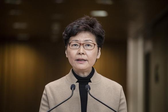 Lãnh đạo Hong Kong Carrie Lam yêu cầu người biểu tình đầu hàng - Ảnh 1.