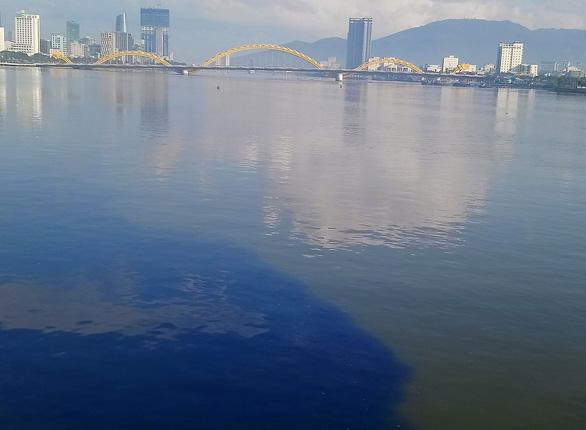 Sông Hàn bị nhuộm đen bởi dòng nước thải hôi thối, người Đà Nẵng bức xúc - Ảnh 1.