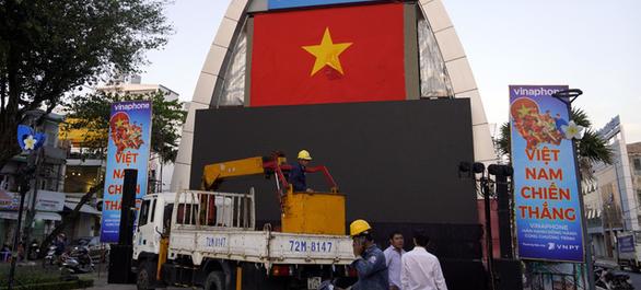 Vũng Tàu lắp màn hình 600 inch phục vụ trận Việt Nam - Thái Lan - Ảnh 1.