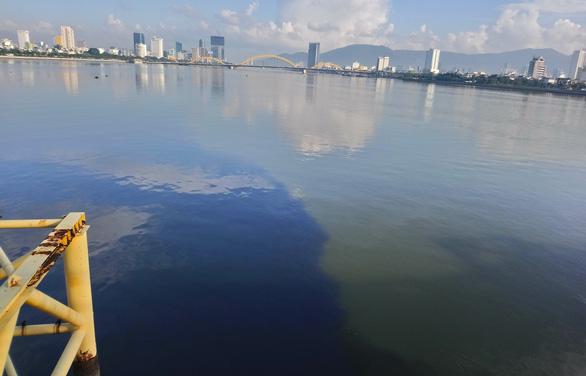 Sông Hàn bị nhuộm đen bởi dòng nước thải hôi thối, người Đà Nẵng bức xúc - Ảnh 2.
