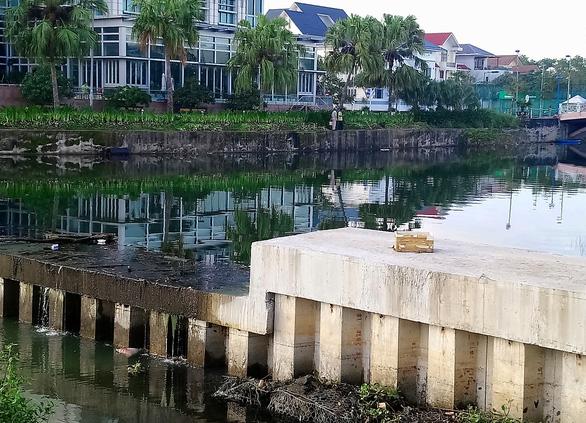 Sông Hàn bị nhuộm đen bởi dòng nước thải hôi thối, người Đà Nẵng bức xúc - Ảnh 3.