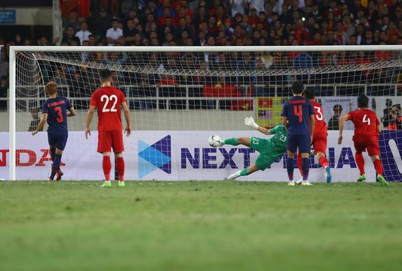Hòa Thái Lan trong trận cầu nhiều tranh cãi, Việt Nam tiếp tục dẫn đầu bảng - Ảnh 2.