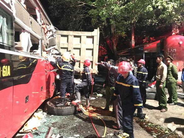 Hàng chục cảnh sát nỗ lực cứu 3 người bị kẹt trong xe khách - Ảnh 5.